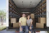 Portret para siedzi w ruchu ciężarówek — Zdjęcie stockowe