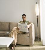 Afrikalı kadın kıdemli okuma gazete — Stok fotoğraf