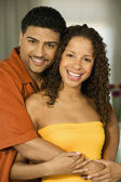 Jovem casal abraços — Foto Stock