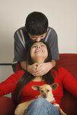 Madre hispana e hijo sonriendo con perro pequeño — Foto de Stock