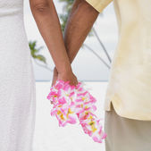 Couple holding hands on the beach — Stock Photo