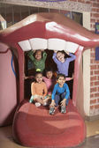 группа маленьких детей играть структуры — Стоковое фото