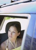 Mujer mirando por la ventana del pasajero — Foto de Stock