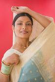Studioaufnahme der indischen frau in traditioneller kleidung — Stockfoto