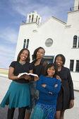 African american kobieta przed kościołem — Zdjęcie stockowe
