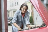 Jovem mulher a trabalhar no veículo — Fotografia Stock