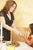 Hispanic mother and young daughter sharing desert — Stock Photo