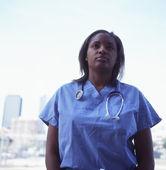 女性医師をアウトドア — ストック写真