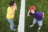 Garota mestiça gritar ao rapaz através de cerca de — Foto Stock