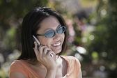 Asiatisk kvinna talar i mobiltelefon — Stockfoto