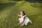 年轻的女孩穿着仙女服户外 — 图库照片