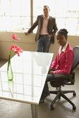 オフィスに笑みを浮かべてビジネスマン — ストック写真