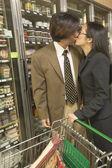 Aziatische paar zoenen in supermarkt — Stockfoto