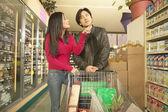 Coppia asiatica shopping nel negozio di alimentari — Foto Stock