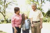 Spansktalande far-och morföräldrar och barnbarn hålla händer utomhus — Stockfoto