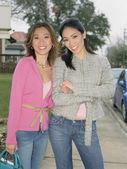 Mujeres jóvenes sonrientes para la cámara — Foto de Stock