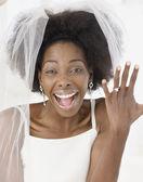 Novia africana luciendo anillo — Foto de Stock