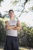 Homme debout avec les bras croisés à l'extérieur — Photo