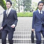 Suddig bild av två affärsmän gick nedför trappor — Stockfoto