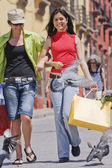 Hispanische Frauen mit Einkaufstaschen — Stockfoto
