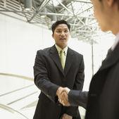 Två affärsmän skakar hand — Stockfoto