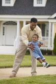 Jugando con el joven hijo de padre — Foto de Stock