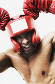 Homme de race mixte portant l'équipement de boxe — Photo