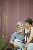 Middle-aged couple smiling for the camera — Stockfoto