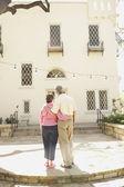 Vista trasera del senior pareja hispana abrazando — Foto de Stock