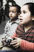 Africano irmão e irmã jogando videogame — Foto Stock