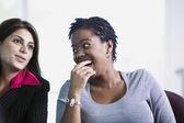 Due donne, parlando e ridendo — Foto Stock