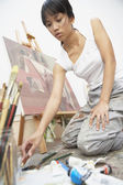 Female artist paiting — Stock Photo