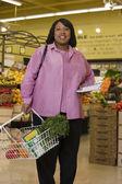 在杂货店购物的女人 — 图库照片