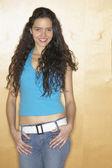 Hispanic woman leaning against wall — Stock Photo
