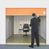 Hombre de negocios cerrando la puerta de la oficina de unidad de almacenamiento de información — Foto de Stock
