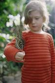 Mladá dívka s motýl na rameno venku — Stock fotografie
