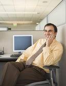 Kaufmann sitzt an seinem Schreibtisch — Stockfoto