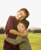 Portret azjatycki braci przytulanie — Zdjęcie stockowe