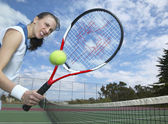 Hispanic woman holding tennis racket with hole in it — Stock Photo