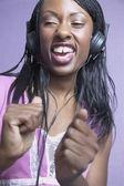 Donna afro-americana, cantando e indossando cuffie — Foto Stock