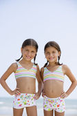 Hispanic sisters wearing matching bathing suits — Stock Photo