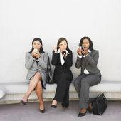 Multi-etnische zakenvrouwen toepassing van make-up — Stockfoto
