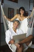 ラップトップと南アメリカのカップル — ストック写真