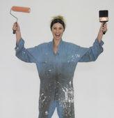 つなぎ服を着ていると絵筆を保持している女性 — ストック写真