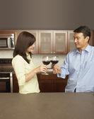 Jovem casal brindando com vinho — Foto Stock