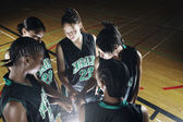 Girls basketball team in huddle — Stock Photo