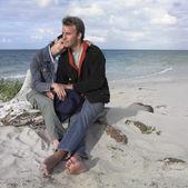 Couple sitting on the beach — Stock Photo
