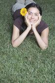 西班牙裔美国人躺在草丛中的女人 — 图库照片