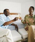 Pareja africana senior brindando con vino — Foto de Stock