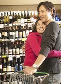 食料品店で抱き締めるアジア カップル — ストック写真
